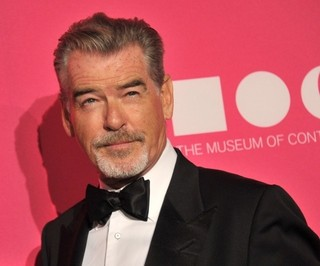 """5代目""""007""""ピアース・ブロスナン、先輩ロジャー・ムーアさんへ追悼文を寄稿"""