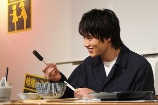 鈴木伸之「東京喰種」コラボカフェで舌鼓 異色料理に「カネキの目を食べるとは」