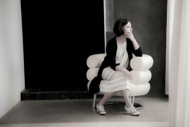 二人の建築家の人生を、実際の建築や家具などを用いた映像美でつづる