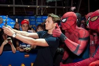 """スパイダーマンにシンガポール熱狂!トム・ホランド、コスプレイヤーと""""自撮り""""で交流"""