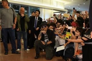 ジョニー・デップ13度目の来日!深夜にもかかわらずファン1000人が熱烈歓迎