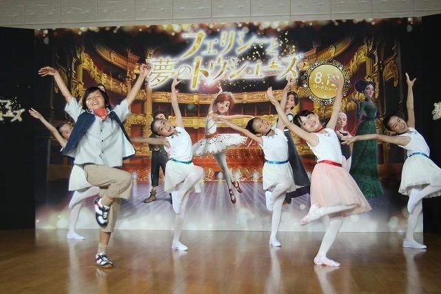 かわいらしいダンスを披露!