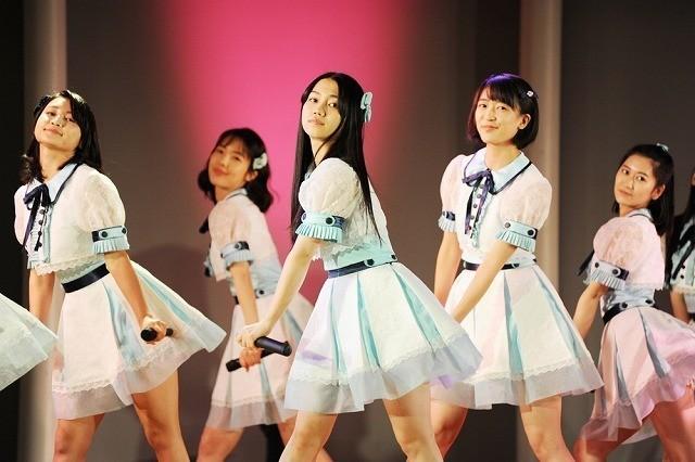 「AKB48」の楽曲を使用したダンス&歌を披露