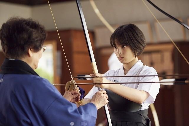 撮影の1カ月以上前に弓道の練習を開始