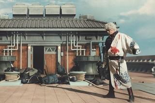 """小栗旬VS堂本剛!""""幼なじみ""""が激しく戦う実写「銀魂」メイキング披露"""