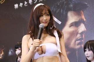 葉加瀬マイ、セクシーミイラ姿で「ザ・マミー」吹き替え担当・銀シャリを悩殺!