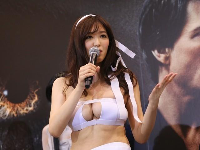 葉加瀬マイ、セクシーミイラ姿で「ザ・マミー」吹き替え担当・銀シャリを悩殺! - 画像1
