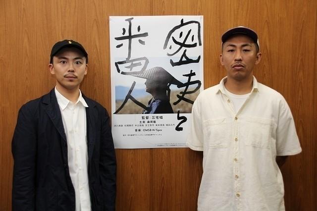 三宅唱監督(右)と主演の森岡龍
