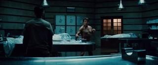 トム・クルーズ「ザ・マミー」で全裸公開!股間を隠して赤面する本編映像