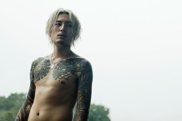 間宮祥太朗の色気漂うタトゥー姿を初披露!小林勇貴監督「全員死刑」は11月18日公開