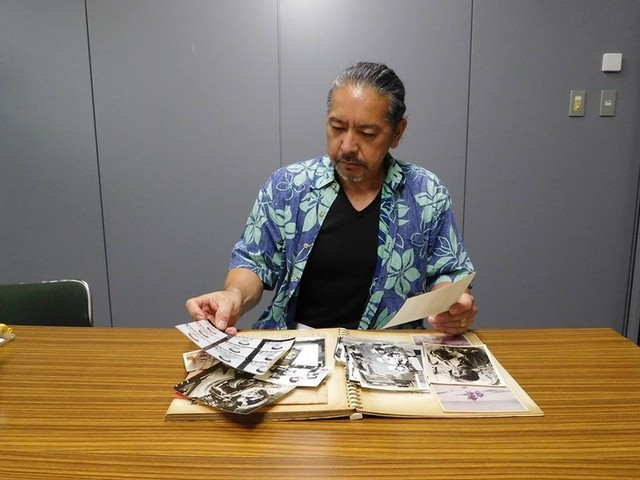 子役時代の写真を見つめる春田和秀さん