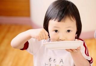 伝統的な和食を給食で提供する高取保育園が題材「いただきます みそをつくる子どもたち」