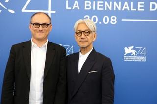坂本龍一ドキュメンタリーにベネチアが熱狂!行く先々で声をかけられる人気