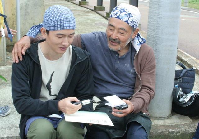 撮影の合間に談笑する藤竜也とルー・ユーライ