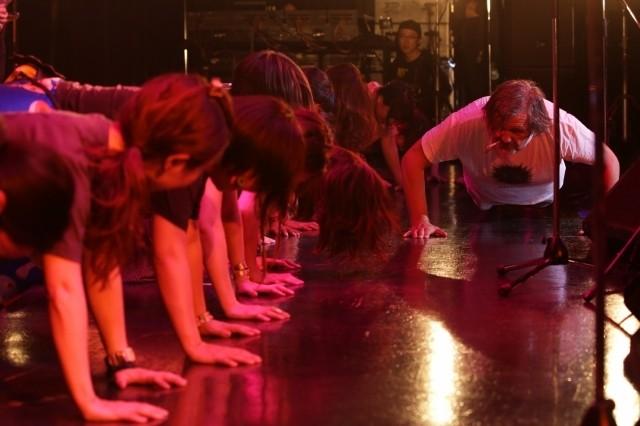 舞台で突如腕立て伏せを開始「オン・ザ・ミルキー・ロード」