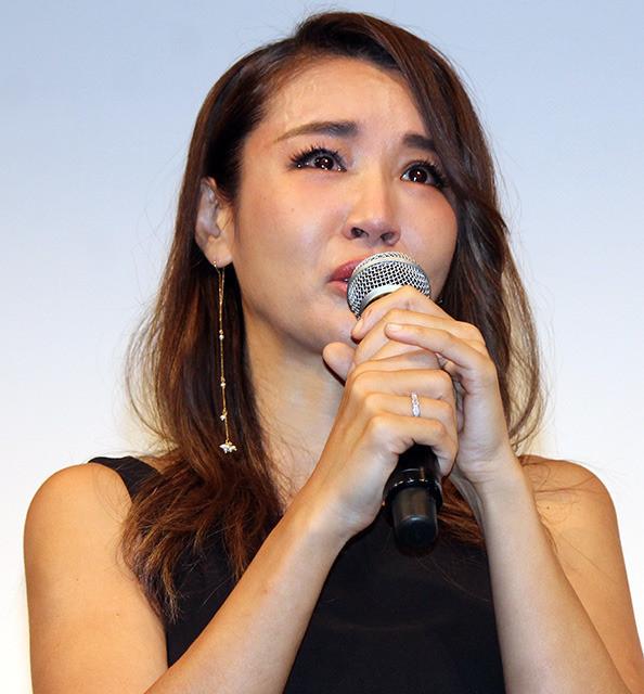 号泣した鈴木紗理奈