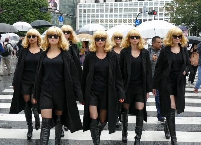 雨の渋谷に15人のシャーリーズ・セロンが出現!?