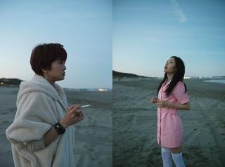 佐津川愛美(左)&阿部純子、夜明けの海辺で「ポンチョに夜明けの風はらませて」