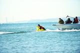 太賀が極寒の海でバナナボートに必死にしがみつく 「ポンチョ」メイキング映像公開