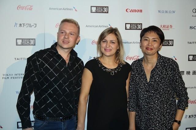 (左から)ロマン・リスツォフ、ラウラ・ コロリョバ、ジャンナ・イサバエバ監督