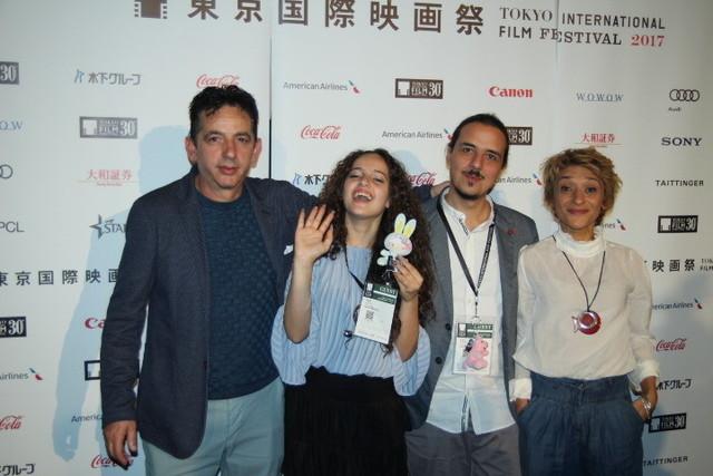 (左から)ロザリオ・カロッチャ、 シャロン・カロッチャ、ルカ・ベッリーノ 監督、シルビア・ルーツィ監督