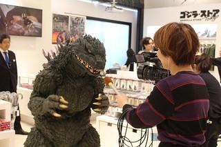 ゴジラがお出迎え!世界初の「ゴジラ・ストア」新宿にグランドオープン