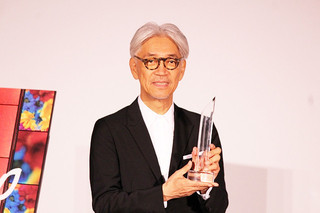 坂本龍一「SAMURAI賞」刀型トロフィーを振り回す!「戦メリ」撮影秘話も明かす