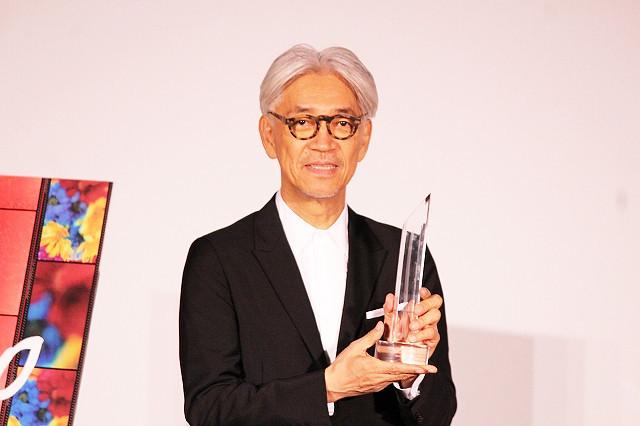 「SAMURAI賞」を授与された坂本龍一