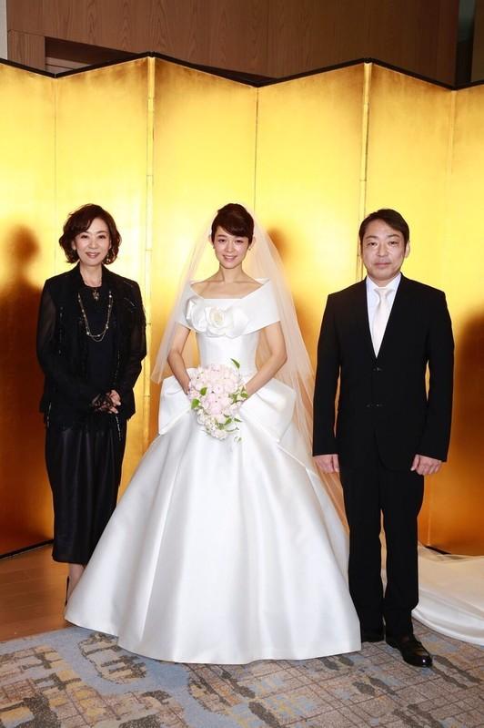 挙式した藤澤恵麻とドラマ「天花」で 両親を演じた香川照之、片平なぎさ