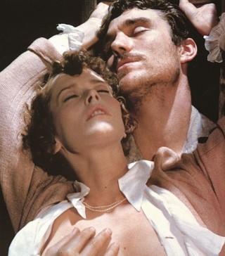 シルビア・クリステルが美しく演じる「エマニエル夫人」