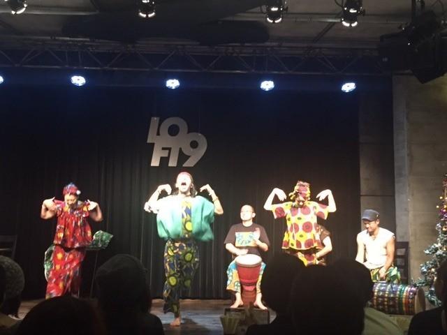 アフリカンダンスのステージで会場は大盛り上がり