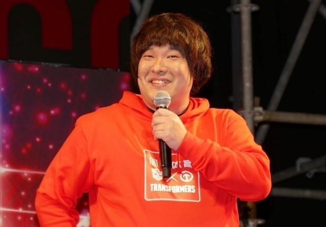 トランスフォーマー、東京コミコンに降臨!大ファン・岡崎体育が書き下ろし曲を生披露