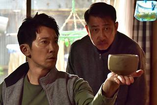 幻の茶器で一発逆転を狙う 佐輔(佐々木)と則夫(中井)「嘘八百」