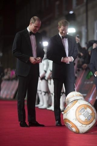 「SW 最後のジェダイ」ロンドンプレミア開催! ウィリアム王子&ヘンリー王子の姿も