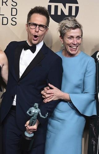 主演女優賞受賞のフランシス・マクドーマンド(右)と助演男優賞受賞のサム・ロックウェル「スリー・ビルボード」