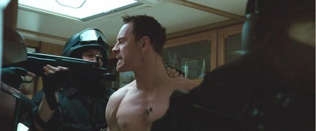 マイケル・ファスベンダーが半裸で強制連行!「アウトサイダーズ」本編映像公開