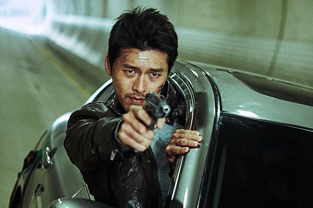 ヒョンビン、時速100キロ超の車から乗り出す超危険スタント!「コンフィデンシャル」本編映像