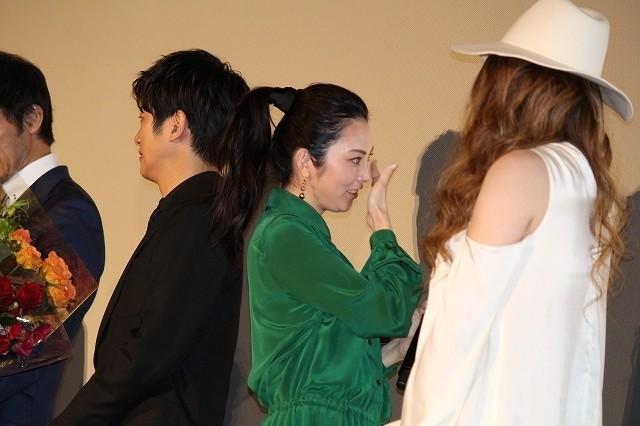 阿部寛、8年続いた「新参者」完結に感無量 相棒・溝端淳平の熱い涙にガッチリ抱擁 - 画像4