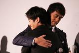阿部寛、8年続いた「新参者」完結に感無量 相棒・溝端淳平の熱い涙にガッチリ抱擁