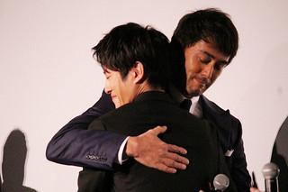 涙ながらに感謝を伝える溝端淳平と 抱擁を交わす阿部寛「祈りの幕が下りる時」