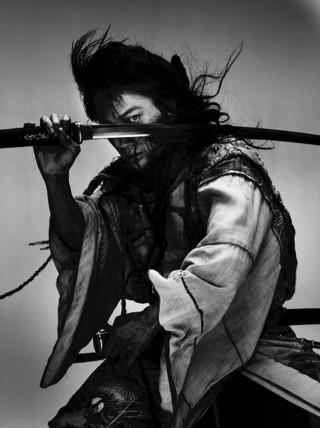 """綾野剛が""""超人的剣客""""に 扮したビジュアル「パンク侍、斬られて候」"""