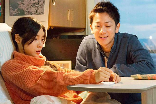 杉本哲太と薬師丸ひろ子が、ヒロインの両親を熱演