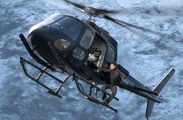 まさに神業!トム・クルーズがヘリコプターで決死の超絶アクロバット飛行