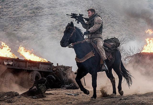 馬にまたがりアフガニスタンで 戦った兵士たちの実話を描く