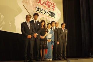 舞台挨拶に立った吉永小百合、堺雅人ら「北の桜守」