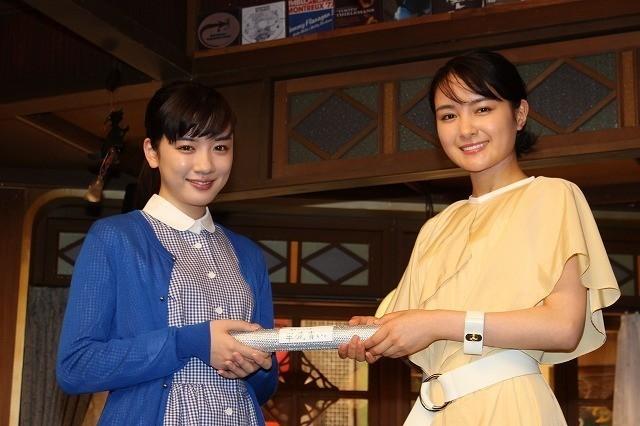 葵わかな(右)と永野芽郁