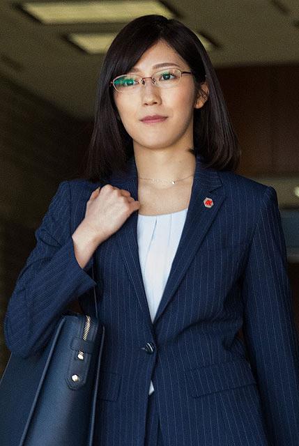 保険調査員の女性・水島瑠璃子を演じた渡辺麻友
