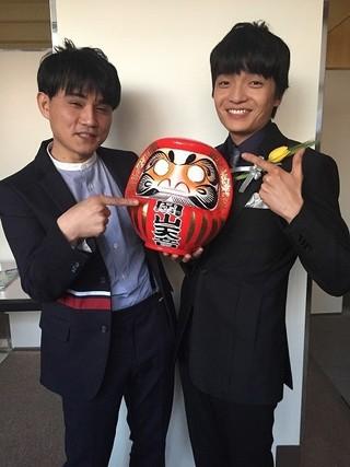 高崎だるまを手に喜ぶ 飯塚俊光監督と岡山天音「エルネスト」