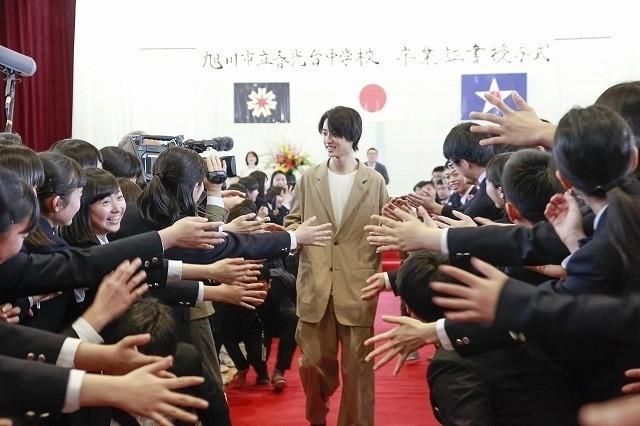 山崎賢人、卒業式にサプライズ登場!生徒300人の校歌斉唱に「泣きそうになった」 - 画像6