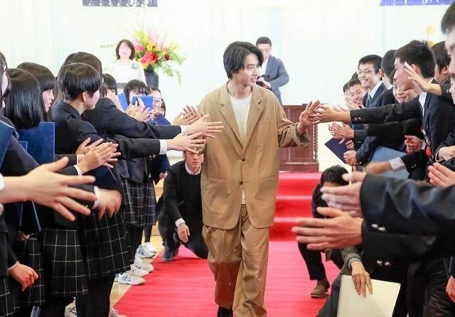 生徒300人の大声援で歓迎された山崎賢人